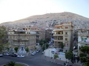 Vue sur le Mont Qassioun depuis le bâtiment de Jisr al-Abyad, Ifpo Damas. Par F. Burgat, Ifpo (2008).